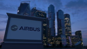 Gatasignagebräde med flygbusslogo i aftonen Suddig bakgrund för skyskrapor för affärsområde Ledare 3 Royaltyfria Bilder