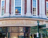 Gatasikt över Bettys terum, York, England royaltyfria bilder