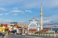 Gatasikt av Birlesmis Milietler CD med Fatih Camii Royaltyfria Bilder