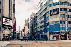 Gatasikt av byggnader runt om stad Arkivbilder