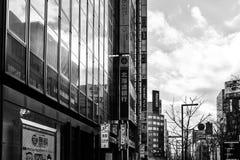 Gatasikt av byggnader runt om stad Royaltyfria Bilder