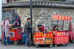 Gatasikt av Dali Old Town i Yunnan, Kina Det är en berömd turist- destination av Asien Folket kan sedd köpande mat från th Arkivfoton