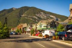 Gatasikt av den berömda Banff avenyn i Banff, Alberta Royaltyfria Bilder