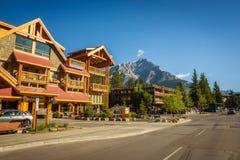 Gatasikt av den berömda Banff avenyn i Banff, Alberta Arkivfoton