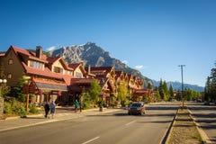 Gatasikt av den berömda Banff avenyn i Banff, Alberta Royaltyfri Bild