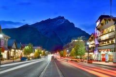 Gatasikt av den berömda Banff avenyn i den Banff nationalparken Arkivfoton