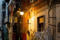 Gatasikt av den gamla staden i den Naples natten Fotografering för Bildbyråer