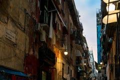 Gatasikt av den gamla staden i den Naples natten, Arkivfoton