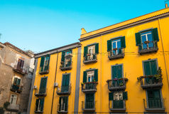 Gatasikt av den gamla staden i den Naples staden Fotografering för Bildbyråer