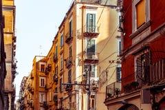 Gatasikt av den gamla staden i den Naples staden Arkivfoton