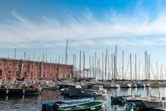 Gatasikt av den Naples hamnen med fartyg Arkivfoto