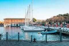 Gatasikt av den Naples hamnen med fartyg Arkivfoton