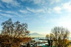 Gatasikt av den Naples hamnen med fartyg Royaltyfri Bild