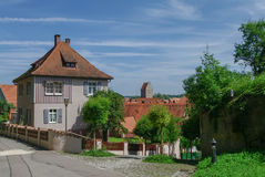 Gatasikt av Dinkelsbuhl, en av de arketypiska medeltida städerna arkivbild