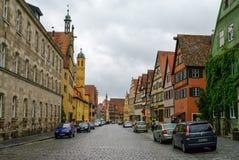 Gatasikt av Dinkelsbuhl, en av de arketypiska städerna på den tyska romantiska vägen arkivfoton