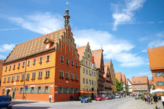 Gatasikt av Dinkelsbuhl, en av de arketypiska städerna på den tyska romantiska vägen arkivbild