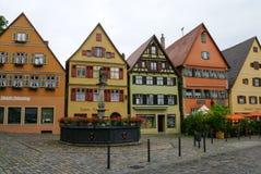 Gatasikt av Dinkelsbuhl, en av de arketypiska städerna på den tyska romantiska vägen royaltyfria bilder