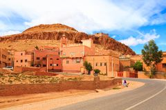 Gatasikt av en typisk moroccan berberby Arkivfoton