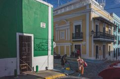 Gatasikt av gamla San Juan royaltyfri fotografi