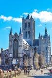 Gatasikt av Ghent, Belgien med Sts Nicholas kyrka Arkivfoto
