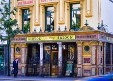 Gatasikt av kronastången, berömd bar på den stora victorial gatan Belfast royaltyfria bilder