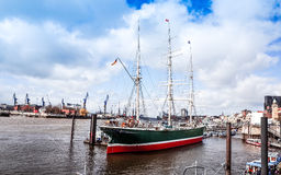 Gatasikt av kryssningskeppet i hamnen av Hamburg, Tyskland Arkivfoto