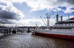 Gatasikt av kryssningskeppet i hamnen av Hamburg, Tyskland Arkivbild