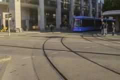 Gatasikt av spårvagnen i Munich Royaltyfri Fotografi
