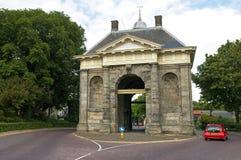 Gatasikt Enkhuizen med bilen och porten för forntida stad Royaltyfria Bilder