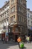 Gatasikt Maastricht med gatarengöringsmedlet royaltyfri bild