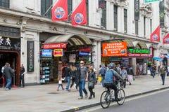 Gatasikt med cyklisten och gångare nära London Trocadero a Royaltyfri Foto