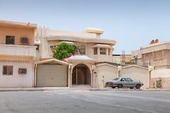 Gatasikt med den gamla parkerade bilen, Rahima, Saudiarabien Arkivfoto