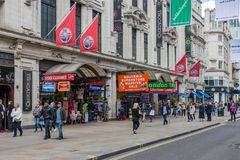 Gatasikt med gångare nära London Trocadero och Piccadill Royaltyfria Bilder
