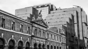 Gatasikt med nordligt och Shell Building i staden av London - LONDON - STORBRITANNIEN - SEPTEMBER 19, 2016 Arkivfoto