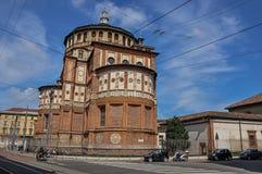 Gatasikt och baksidan av kyrkan av Santa Maria delle Grazie i Milan Arkivfoto