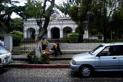Gatasikt och en vit byggnad på Antigua Guatemala arkivbild