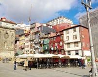 Gatasikt på de gamla byggnaderna med portugisiska tegelplattor i Porto, Portugal fotografering för bildbyråer