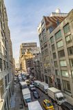 Gatasikt till grannskapmidtownen med parkeringsbilar i nya Yo Arkivfoton