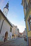 Gatasikt till kyrkan för helig ande i den gamla staden av Tallinn in Royaltyfria Foton