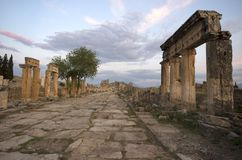 Gatasikten av den forntida staden Hierapolis, Pamukkale/Turkiet arkivfoto