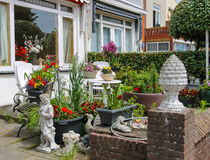 Gatasikten av det traditionella huset dekorerade med växter Arkivfoto