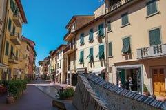 Gatasikten med byggnader och shoppar i mitten av Montelupo Fiorentino Royaltyfria Foton