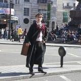 Gataskådespelare som beskriver Harry Potter, ställningar på den delande linjen som korsar en väg royaltyfria foton