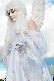 Gataskådespelarekvinnan som kläs som en ängel, poserar för foto i Moskva Arkivfoton