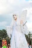 Gataskådespelarekvinnan som kläs som en ängel, poserar för foto i Moskva Arkivbilder