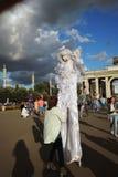 Gataskådespelaren som kläs som en ängel, poserar för foto i Moskva Royaltyfri Fotografi