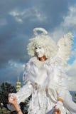 Gataskådespelaren som kläs som en ängel, poserar för foto i Moskva Fotografering för Bildbyråer