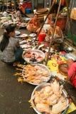 Gatasäljare på marknaden av Yangon på Myanmar Fotografering för Bildbyråer
