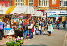 Gatasouvenir shoppar på marknadsfyrkanten i Cambridge Arkivfoton