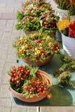 Gatastall med blommor på den huvudsakliga marknadsfyrkanten, Krakow, Pol Arkivfoto